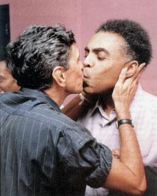A cumplicidade selada da dupla Caetano Veloso e Gilberto Gil.