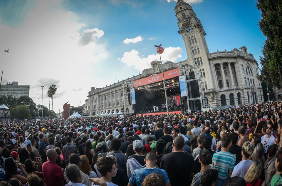 O público de Emicida canta numa só voz na praça Júlio Prestes (foto Christian Braga/Mídia Ninja)