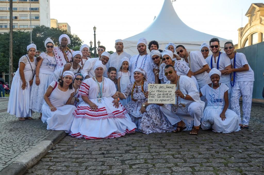 """Manifestantes perguntam na plateia do Palco Júlio Prestes: """"77% dos jovens que morrem no Brasil, por armas de fogo, são negros! Isso te importa?"""" (foto William Oliveira/MIRA)"""