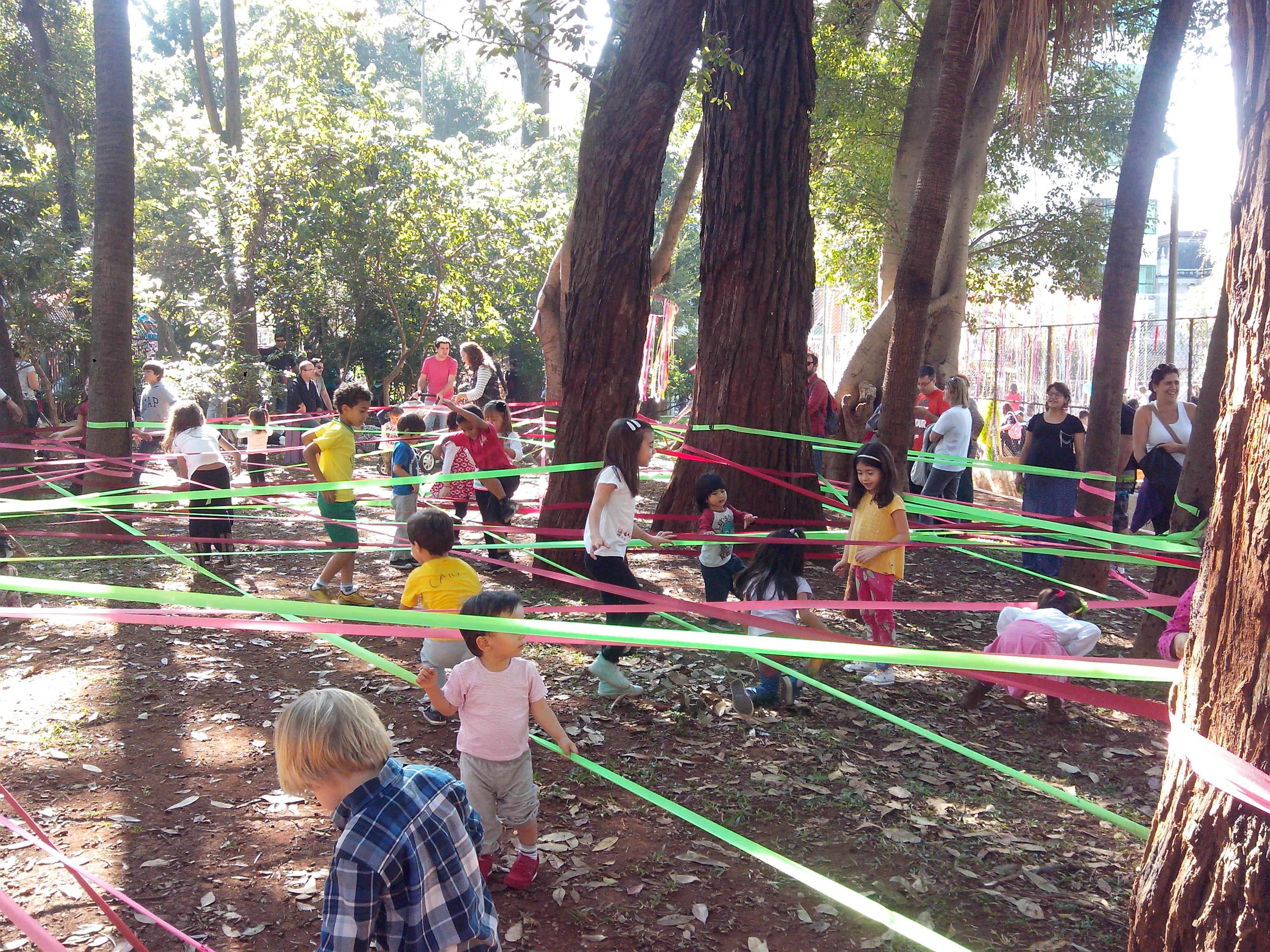 Brincadeira de fitas na Praça Rotary, onde está localizada a Biblioteca Infantojuvenil Monteiro Lobato