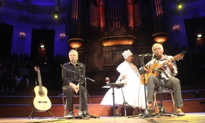Caetano e Gil cantaram 27 canções ao longo de 90 minutos para uma plateia de quase 2 mil pessoas, na maioria brasileiros, em Amsterdã