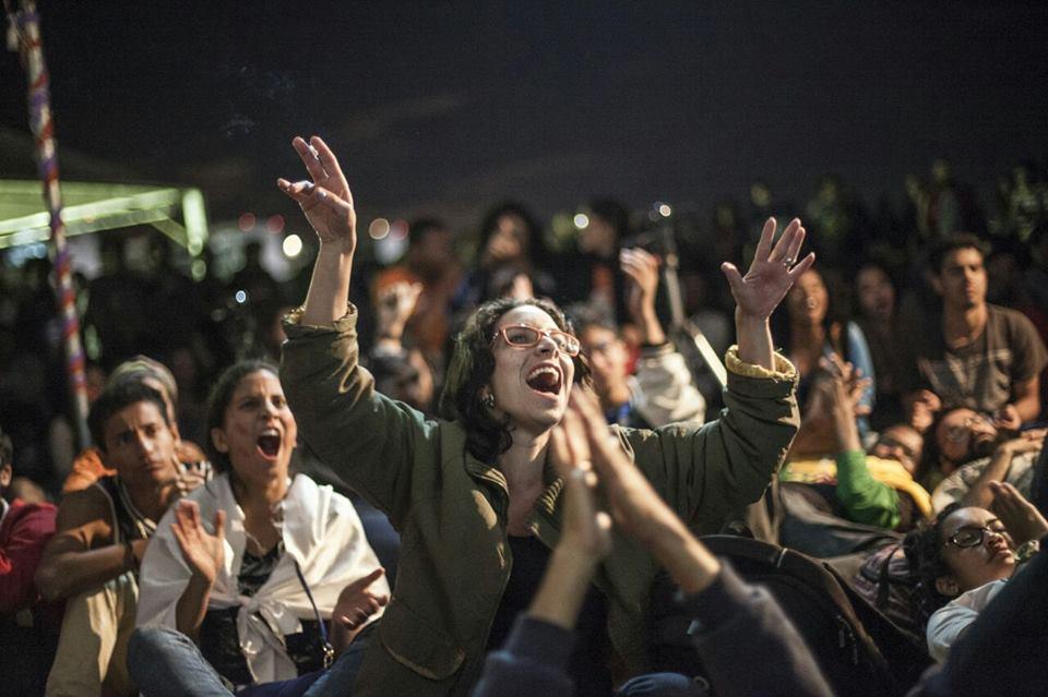 No dia da votação, mulheres e homens do lado de fora do Congresso Nacional (foto Jornalistas Livres)