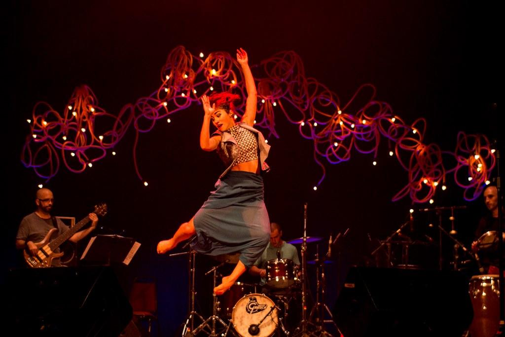 A atriz, cantora e dançarina no show de lançamento de Cordões Umbilicais, Teatro de Santa Isabel, Recife. Foto: Divulgação