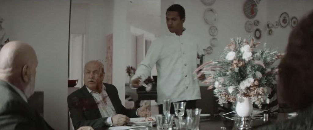 O empregado interpretado por Jorge (filho de Eliane e Pedro Paulo) serve vinho ao patrão antes de beijar a boca da filha do patrão