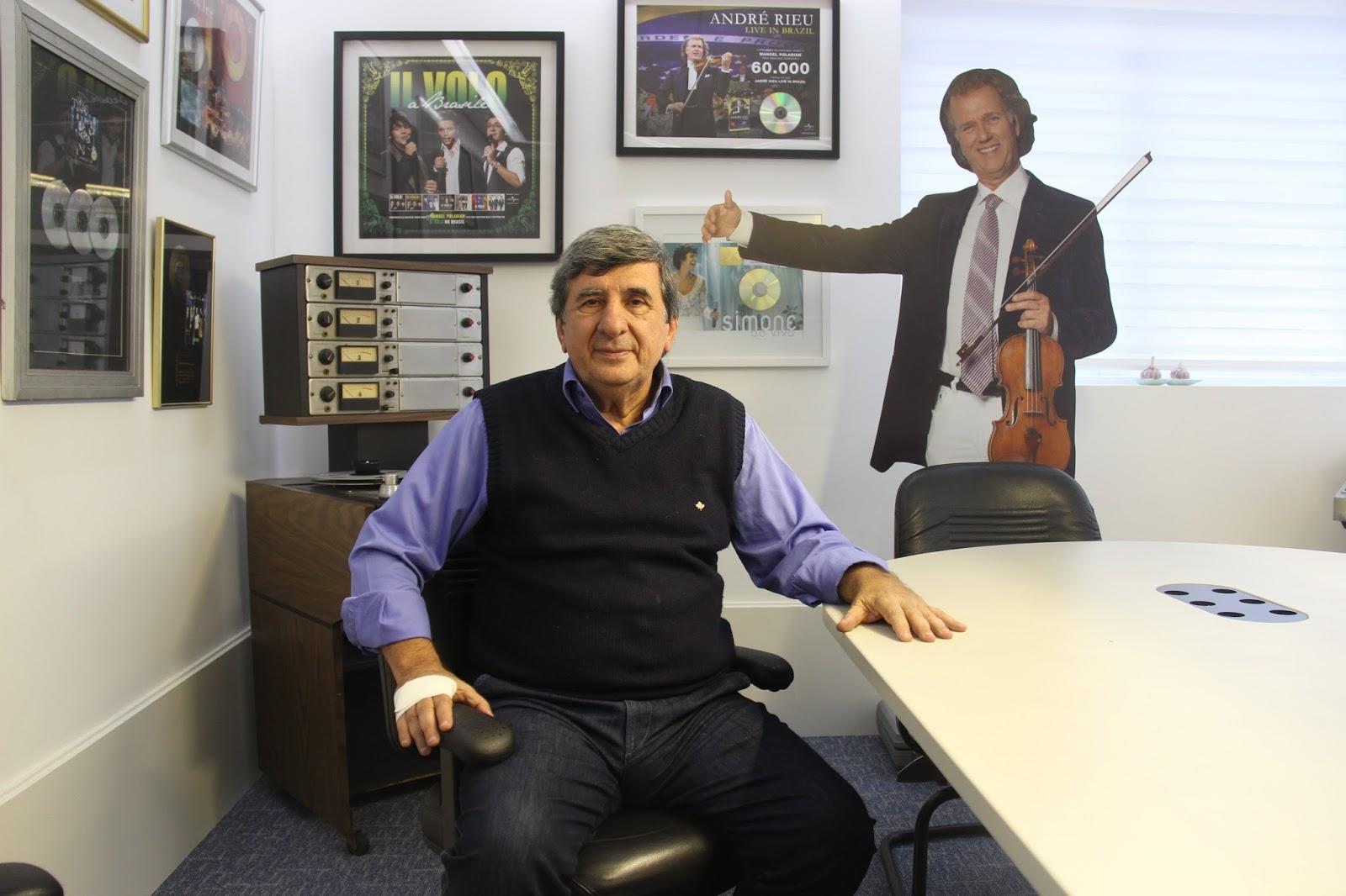 Manoel Poladian e o Andre Rieu de Papelão, sua mina de ouro, atrás dele: faro inato para os bons negócios - Foto: Jotabê Medeiros