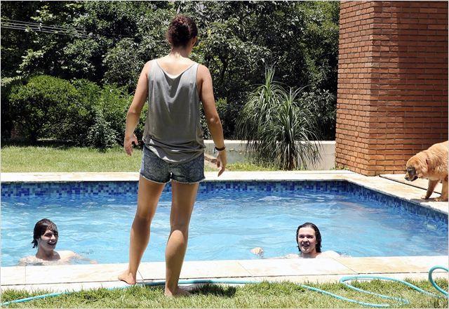 Que horas ela volta - Jessica ante la piscina y los chicos dentro