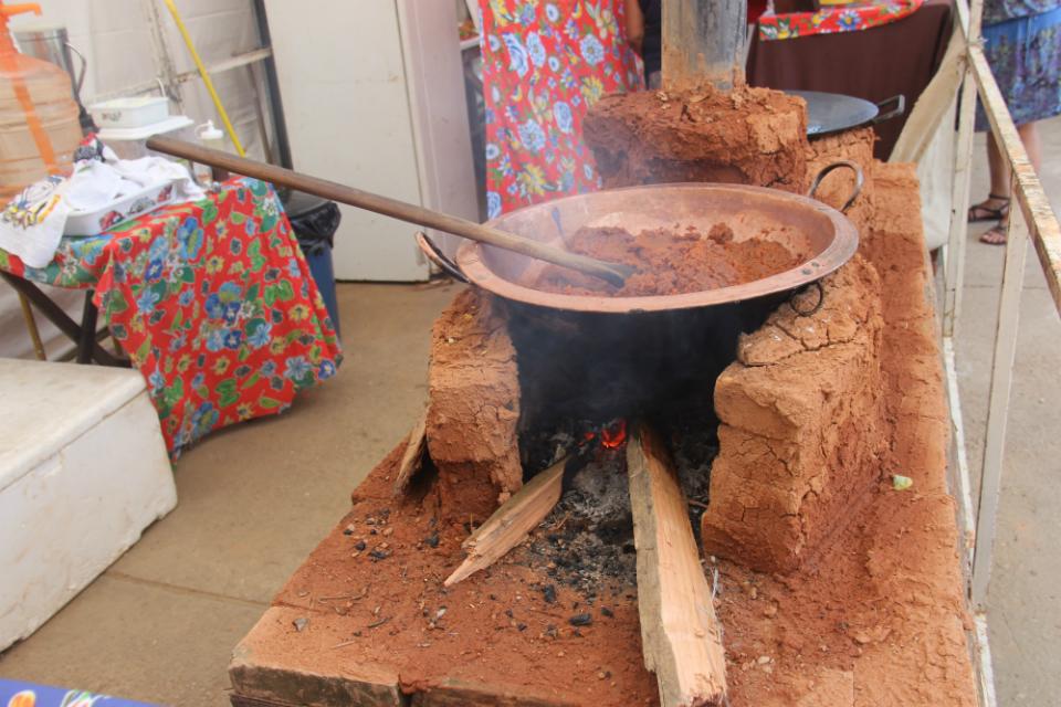Comidas típicas são preparadas em fogão de barro e fogo a lenha