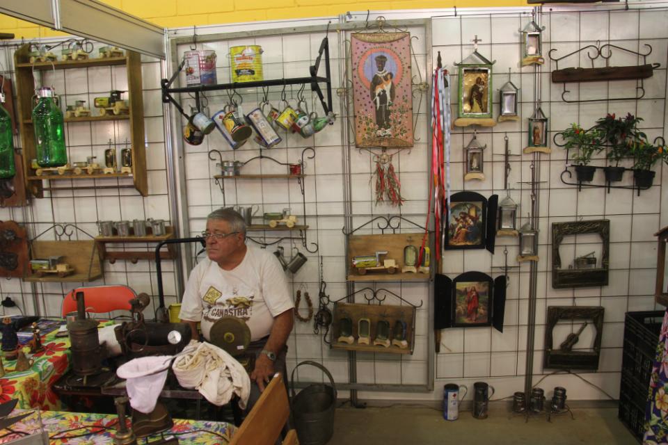 Em Jaboticabal, Benedito Faria  fabrica brinquedos de lata e madeira especialmente para o evento