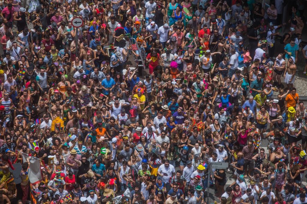 No início da tarde do sábado de carnaval, o Tarado ni Você atravessa o cruzamento da avenida São João com a rua Vitória - foto Victor Moriyama