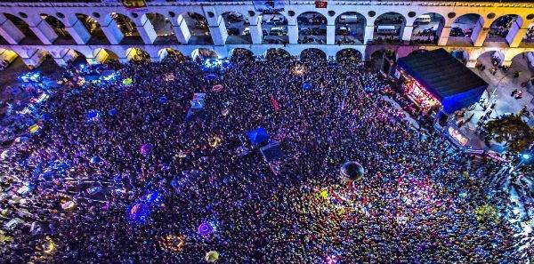 Escamoteado pelas Organizações Globo e pela mídia comercial como um todo, ato nos Arcos da Lapa com Lula e Chico Buarque pela democracia reúne milhares na segunda-feira 11 de abril de 2016