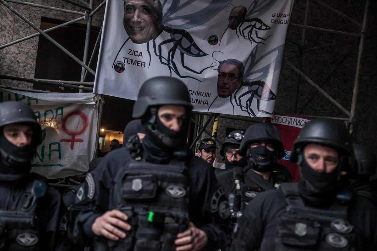 Força policial na frente do Palácio Gustavo - Foto Ocupa Minc RJ / Facebook