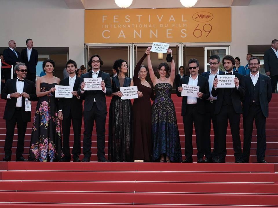 Protesto da equipe de 'Aquarius' no Festival de Cannes - Foto: M. Petit  Festival de Cannes/Divulgação