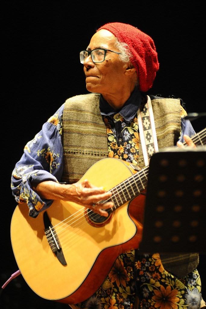 """Cátia no show de lançamento de """"Hóspede da natureza"""" no Teatro Santa Isabel, no Recife (PE). Foto: Ademar Filho - divulgação"""