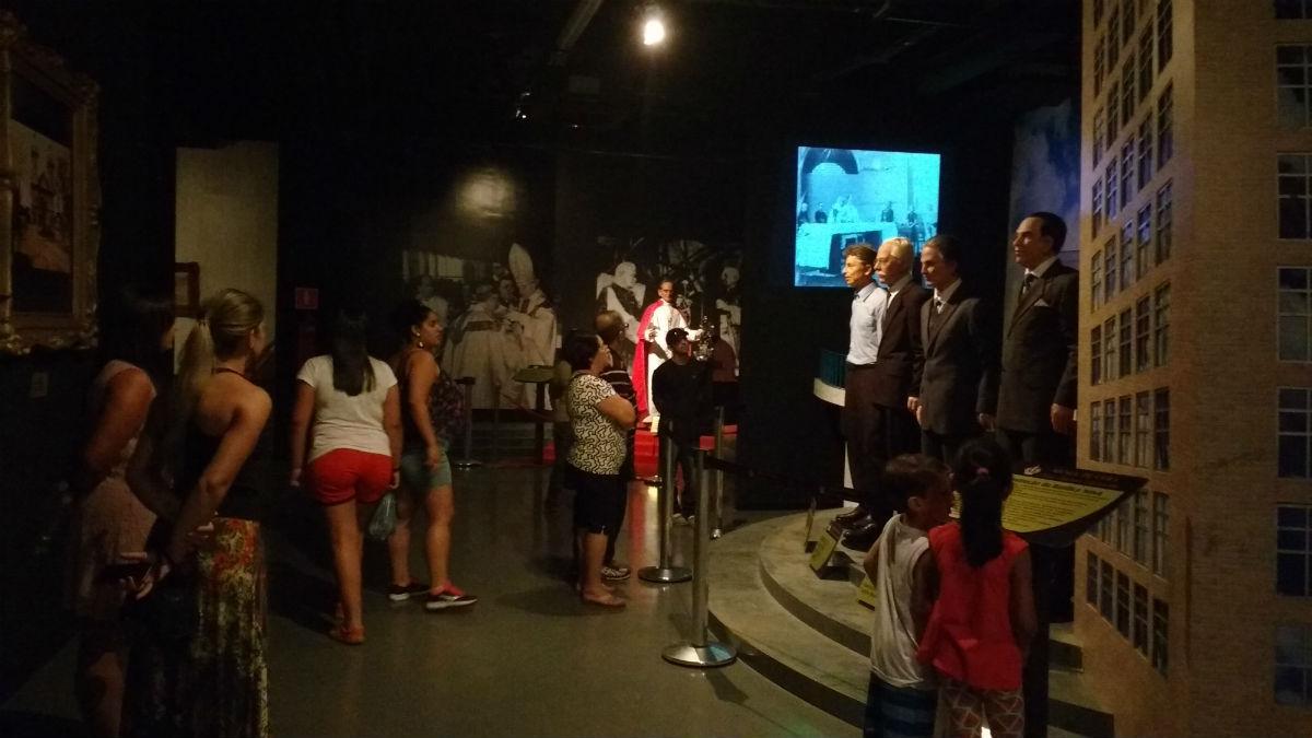 Visitantes no Museu de Cera, em Aparecida