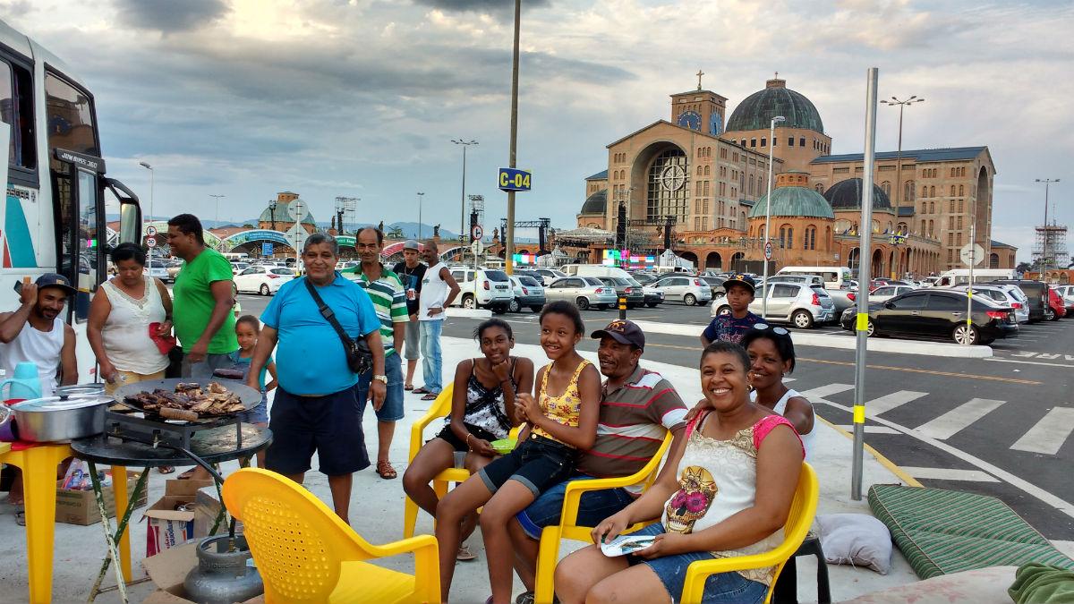De romeiro, o vigia Osvaldo José da Silva (camiseta azul) virou organizador de excursão religiosa que vem de Minas Gerais