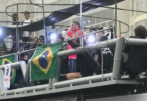 Criolo em Copacabana, com o agasalho vermelho da seleção do Zaire de 1974
