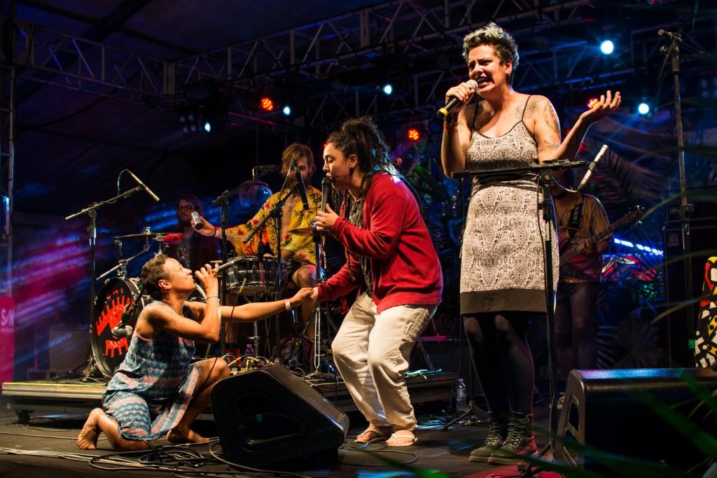 As garotas da Mulamba cantam em participação especial com Juliana Strassacapa, a mulher de Francisco, el Hombre
