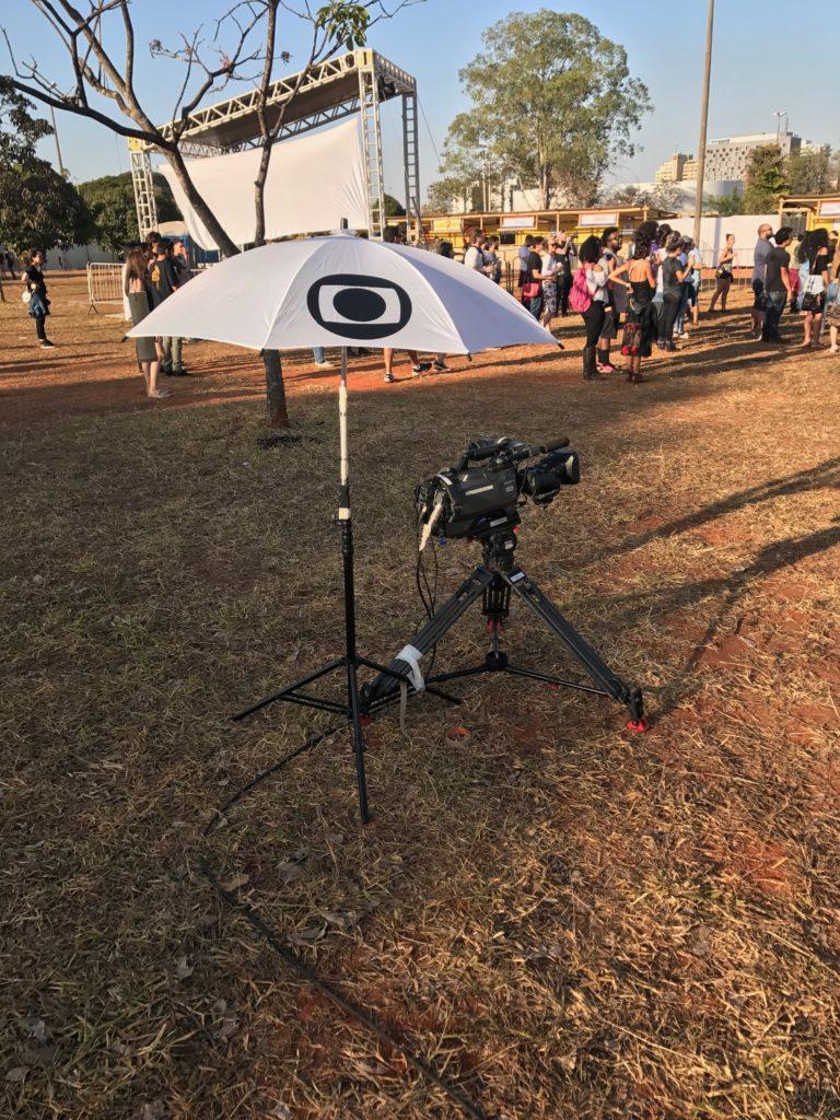 No sábado, um jornalista fantasiado de Homem Invisível grava os shows do CoMa em Brasília para a Rede Globo.