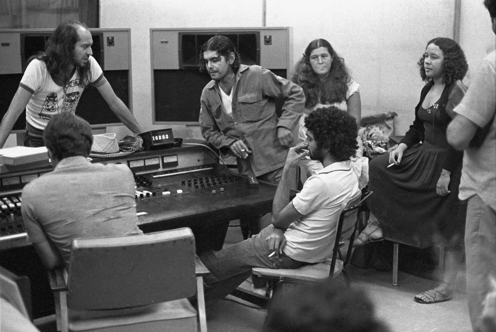 """Eduardo (à esq.) e outros artistas errantes do Pessoal do Ceará em estúdio em 1979, para gravar """"Massafeira"""" na CBS em que Fagner se tornara diretor artístico - foto Gentil Barreira/divulgação"""