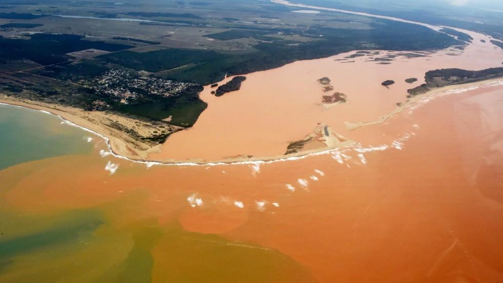 Suicidado, o Rio Doce  deságua intoxicado em oceano.