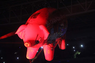 """Porco inflável no show de Roger Waters trazia os dizeres: um porco inflável gigante com os dizeres """"RESPEITEM AS MULHERES"""", """"NO WALL"""" e """"AS CRIANÇAS NÃO TÊM CULPA"""""""